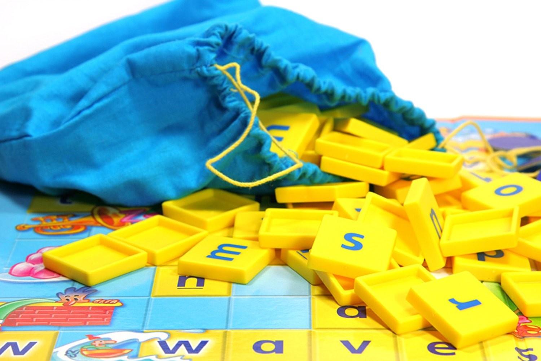 Thiết kế ấn tượng của Mattel Games Scrabble tiếng Anh cơ bản
