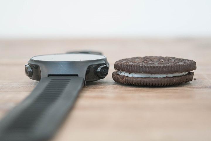 Garmin FR735XT có  kích thước bẳng chiếc bánh quy