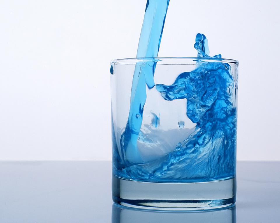 Trên 70% cân nặng của một người trưởng thành là nước. Cơ thể chúng ta không  thể hoạt động nếu thiếu nước: chết khát nhanh hơn chết đói nhiều.