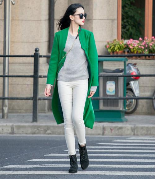 Quần jean đi cùng áo len sẽ giúp bạn thể hiện sự năng động