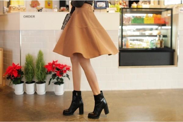 Kiểu váy xòe tạo sự cân đối cho thân người