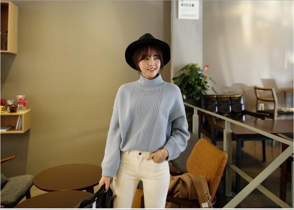 Cách phối áo len màu xanh da trời cá tính hơn