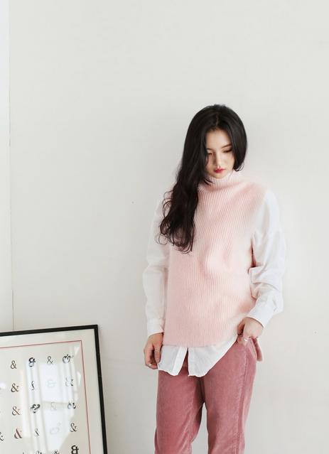 Cũng với màu hồng pastel nhưng áo len được mix thanh lịch hơn