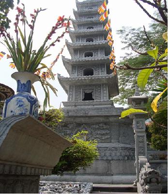 chính diện tòa tháp đá