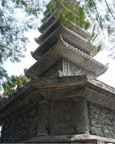 tháp đá nhìn từ dưới lên