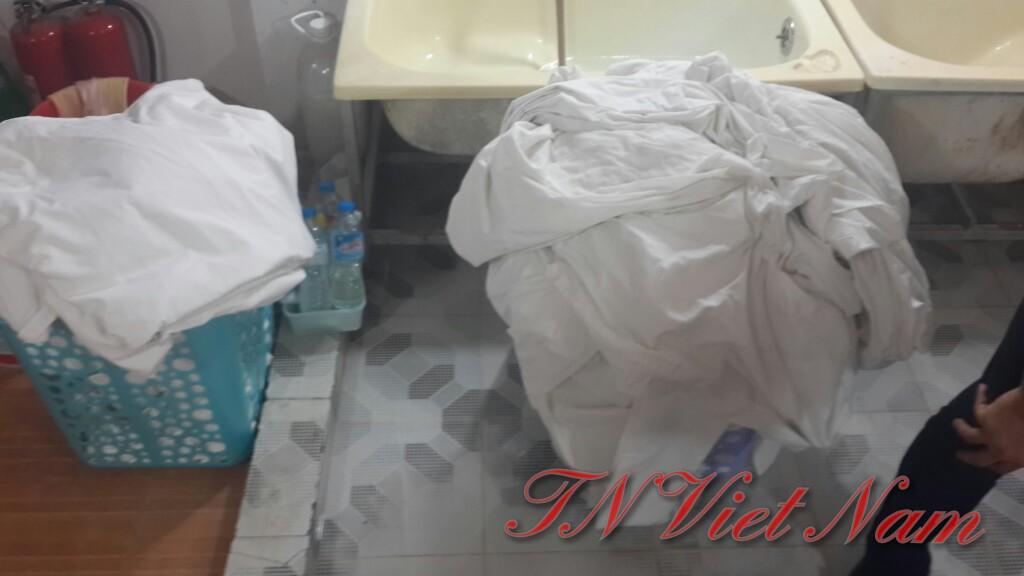 Dùng hóa chất giặt tẩy để tẩy trắng các vết bẩn