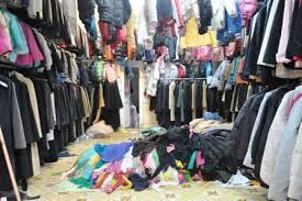 Sử dụng tinh dầu giặt là và hóa chất giặt là để khử mùi quần áo hàng thùng