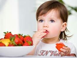 Dùng hóa chất giặt là để tẩy vết bẩn do nước ép trái cây