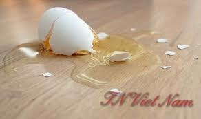 Dùng hóa chất giặt là tẩy vết bẩn trứng gà