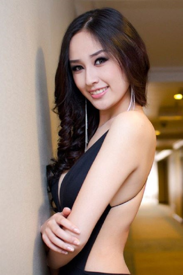 ke-chan-may-dam-voi-son-hong-nude