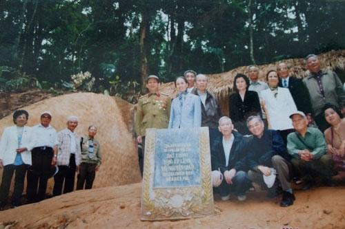 Các cán bộ thông tin từng tham gia chiến dịch Điện Biên Phủ trong lần về thăm lại địa danh huyền thoại này - Ảnh chụp lại tư liệu gia đình đại tá Vinh
