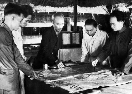 Đại tướng Võ Nguyên Giáp nghe ông Đặng Quân Thụy (phải) báo cáo tình hình tác chiến ở mặt trận Điện Biên Phủ - Ảnh: tư liệu