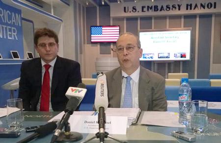 Trợ lý Ngoại trưởng Mỹ Daniel Russel trả lời báo chí về những căng thẳng Biển Đông thời gian gần đây tại Hà Nội chiều qua