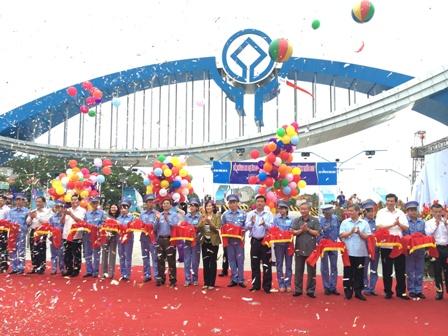 Các đại biểu cắt băng thông xe QL18 Uông Bí - Hạ Long