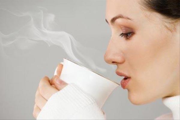 uống nước nóng vào buổi sáng giúp giảm cân sau sinh