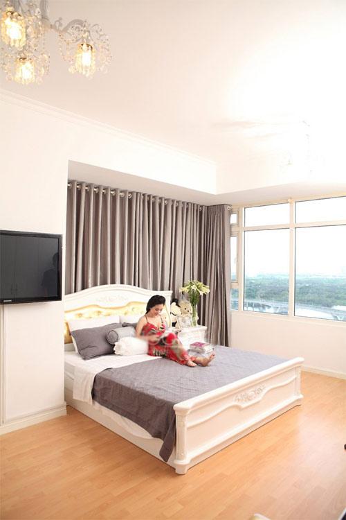 Giường ngủ cổ điển màu trắng đẹp sang trọng của diễn viên Hạ My - AnTamKids.vn