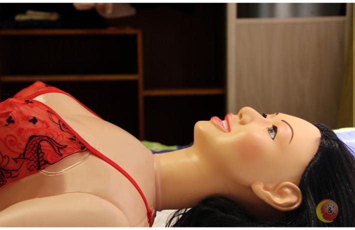 Khi nằm xuống, trông Maria càng khêu gợi hơn
