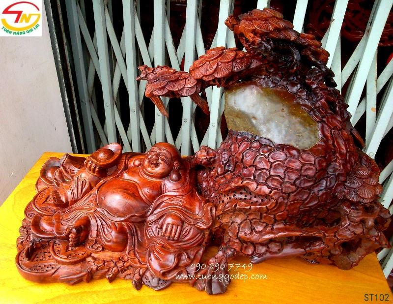 Phật Di Lặc ngồi gốc tùng gỗ ôm đá
