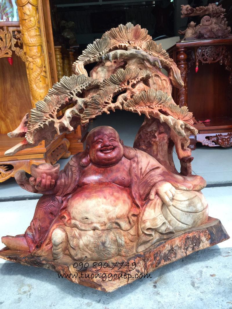 Phật Di Lặc gỗ nu xá xị đỏ, ngồi gốc tùng
