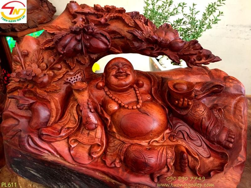 Tượng Phật Di Lặc ngồi gốc đào