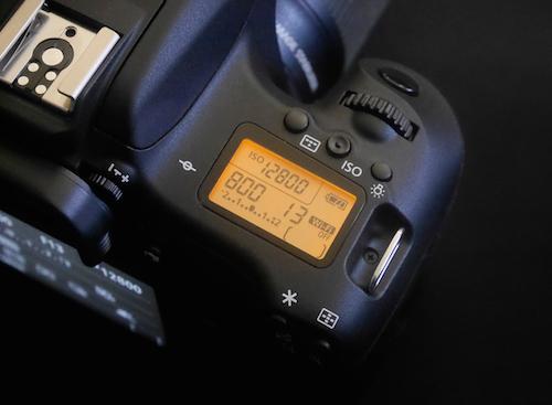Canon EOS 760D có màn hình phụ và kiểu dáng tương tự dòng 70D.