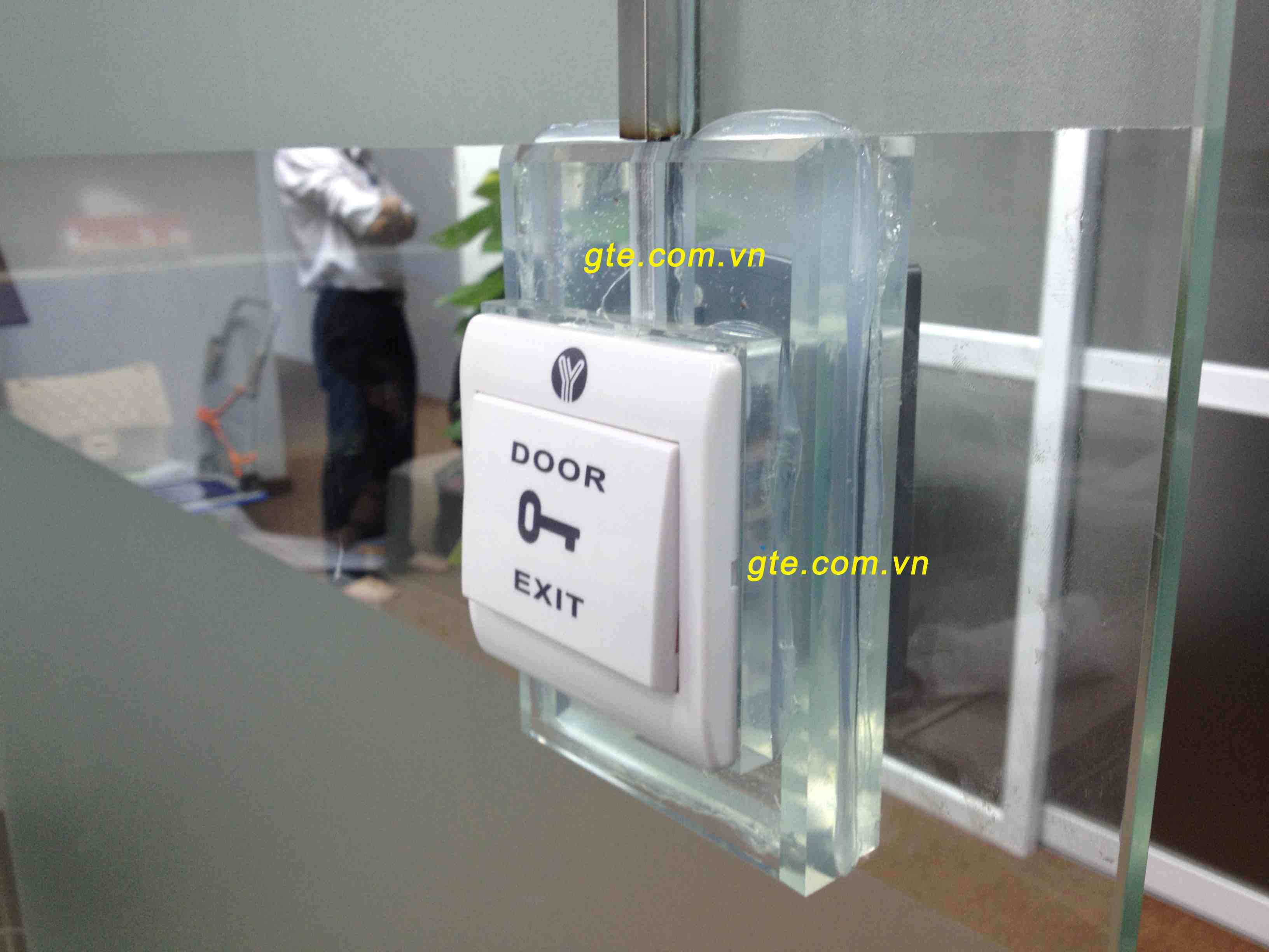 lắp đặt nút exit lên vách kính