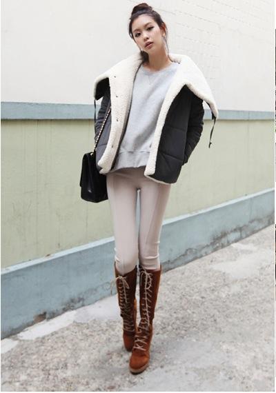 Quần legging khi kết hợp với giày boot cao cổ, sẽ giúp bạn khoe đôi chân dài miên man