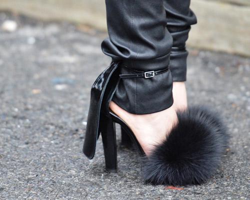 Giày cao gót đính lông vô cùng ấn tượng