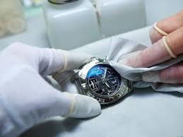 đánh bóng chiếc đồng hồ đeo tay