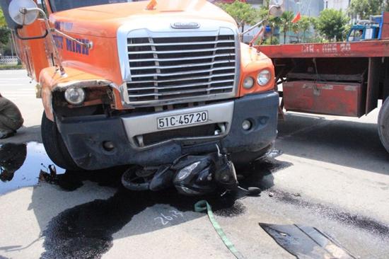 Tin tức tai nạn giao thông ngày 24/9: Dừng chờ đèn đỏ, 3 người bị container đâm nhập viện