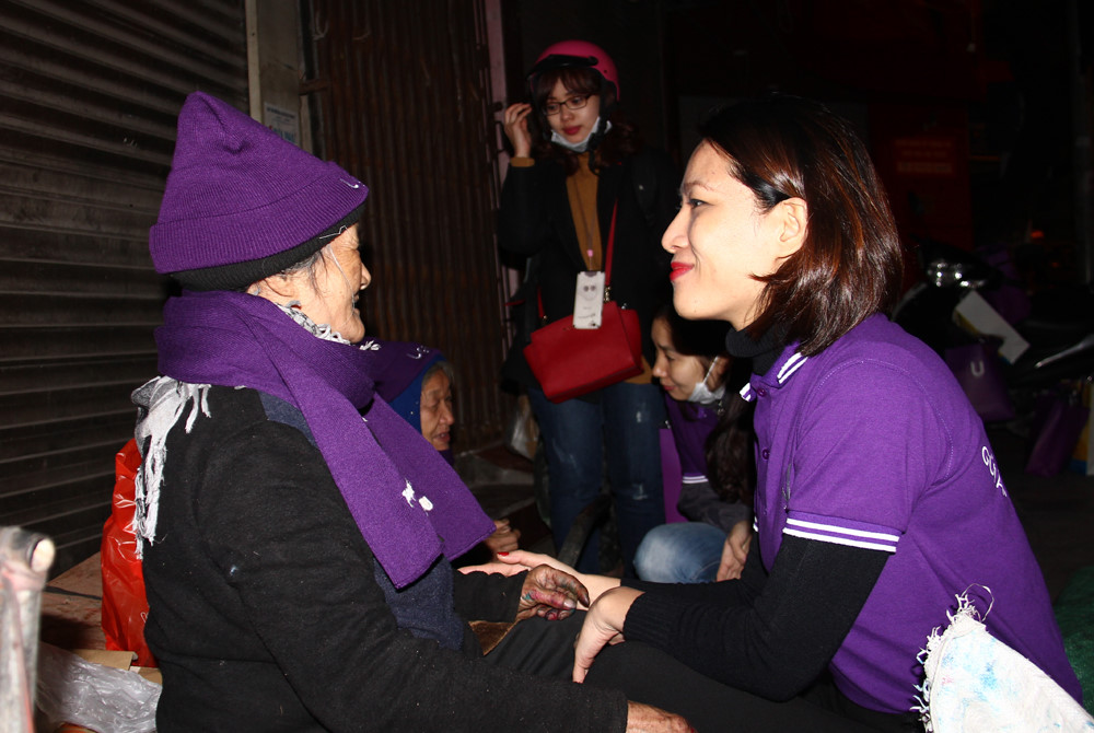 GIVING WARM SCARVES AND HATS FOR THE DISADVANTAGED AND POOR LABORERS IN HANOI JANUARY 15TH 2017