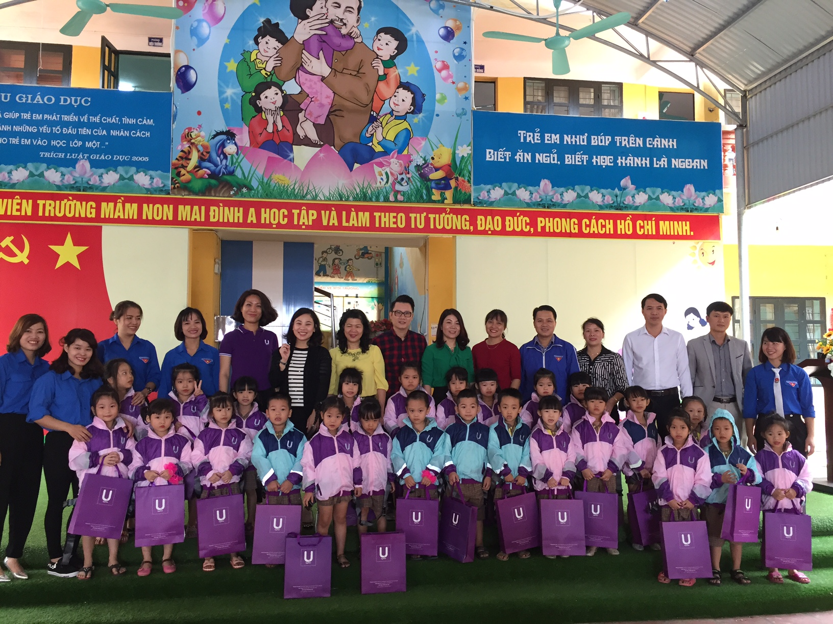 600 U2KID SAFETY JACKETS GIVEN IN BA VI, SOC SON, HANOI