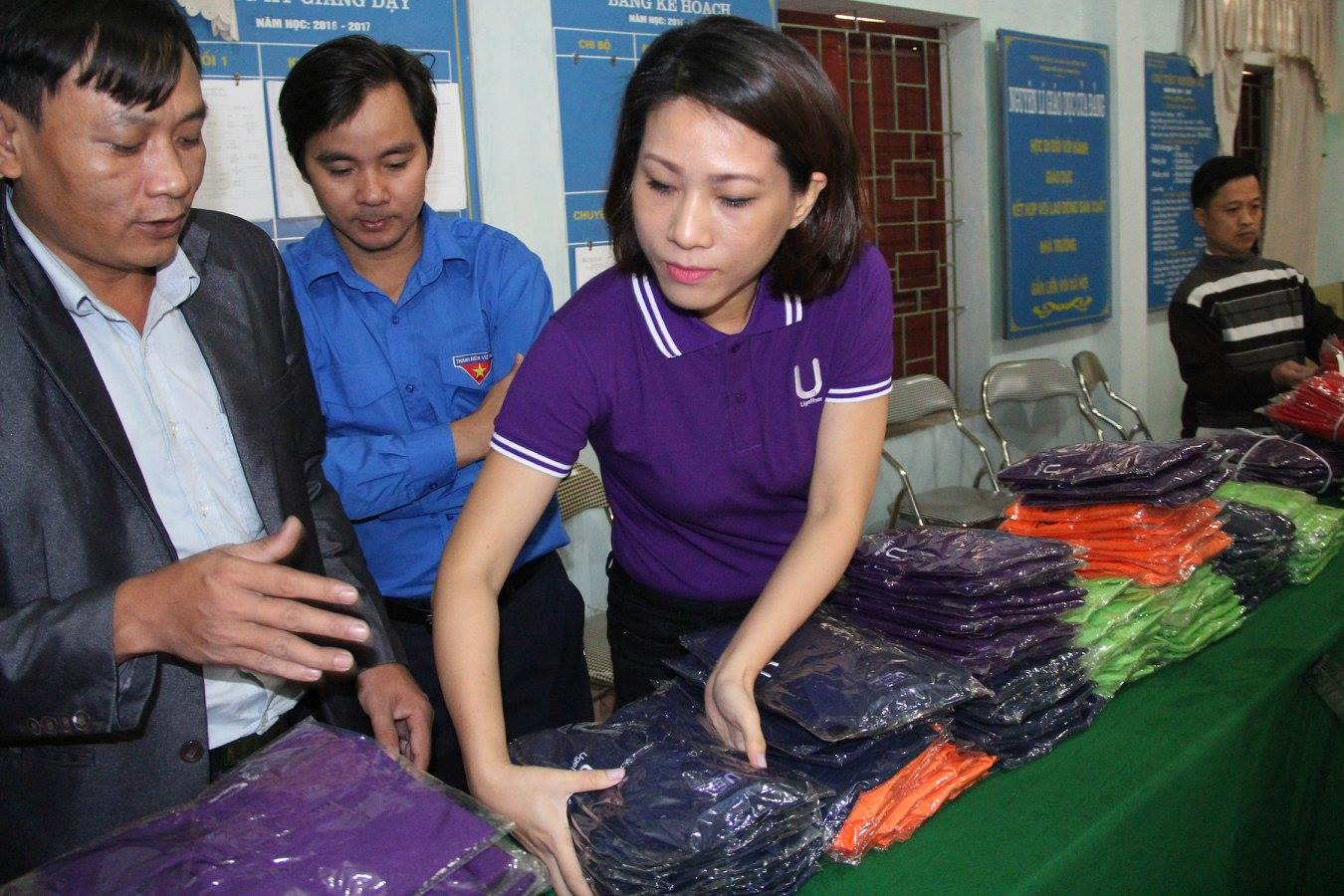 "UGETHER WITH ""SHARING WARMTH, SHARING LOVE"" – HA TINH ON NOVEMBER 3TH 2016 1.500 PRODUCTS OF CLOTHINGS, SCARVES AND HATS TO CHILDREN IN HA TINH AND NGHE AN PROVINCE."