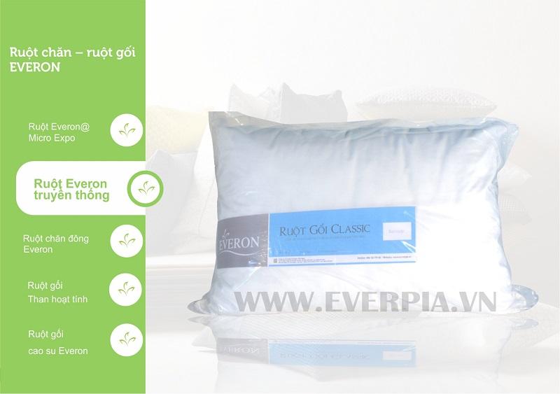 Cácloại ruột gối Everon truyền thống đều được sản xuất từ loại xơ bôgn Ball, 100% Polyester. Do cấu trúc quấn tròn đặc biệt nên loại bông này có độ đàn hồi tương đối cao, kết hợp với vải pha cotton và polyester, các loại ruột gối Everon truyền thống có độ bền cực cao, có thể giặt được và khô nhanh.  Đặc tính nổi bật: Đàn hồi cao Giữ nhiệt tốt Thông thoáng khí Ruột Gối Truyền Thống Everon Classic (loại thấp)