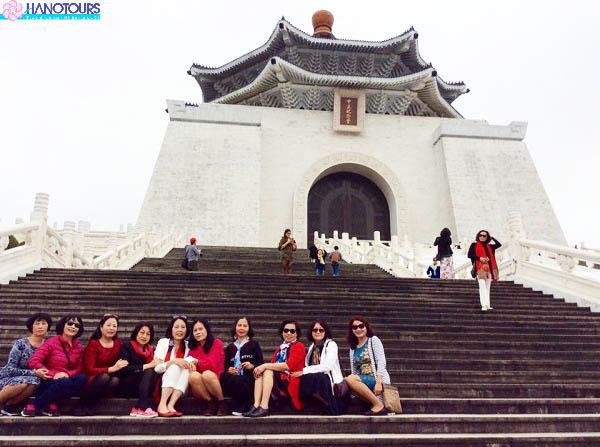 Chụp ảnh tại quảng trường Đài Loan