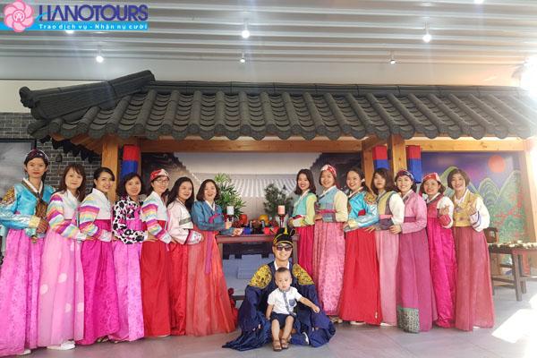 Mặc Hanbok chụp ảnh tại trung tâm làm kim chi