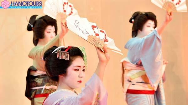 Xem show biểu diễn Kimono ở trung tâm tơ sợi Nishijin