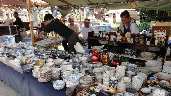 bát đĩa có nguy cơ nhiễm chì được bày bán tràn nan