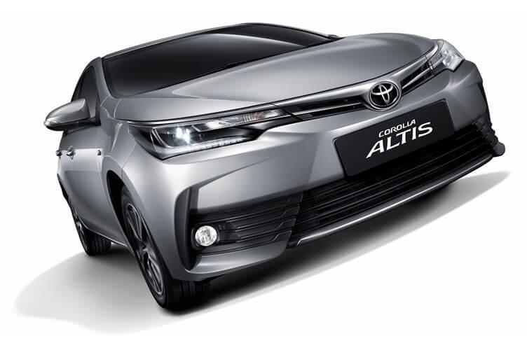 Phần đầu xe Toyota Altis với thiết kế sắc sảo và trẻ trung.