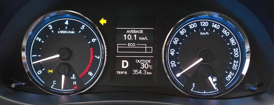 Cụm đồng hồ xe Toyota Altis với màn hình hiển thị đa thông tin.