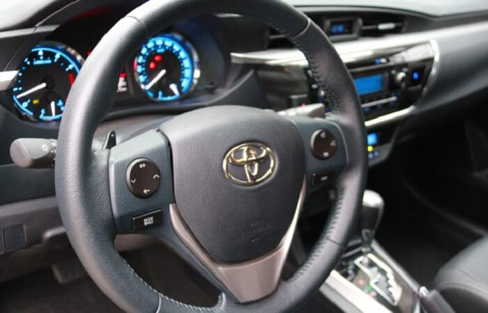 Vô lăng xe Toyota Altis 2017 trợ lực điện với chất liệu bọc da hiện đại.