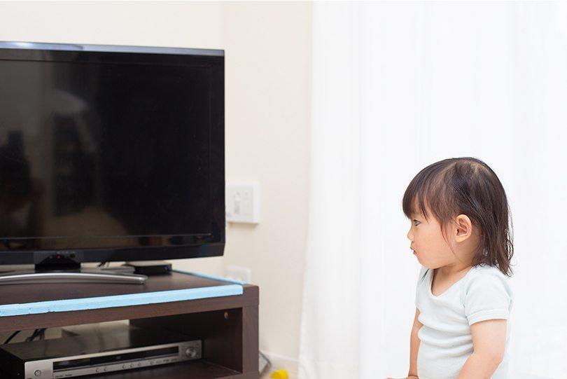 """Cách giúp bé """"cai nghiện"""" tivi"""