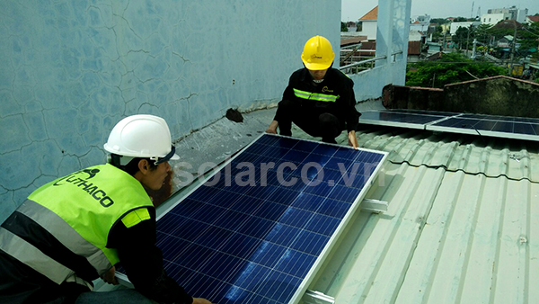 Giàn năng lượng mặt trời lắp trên mái tole giúp giảm nhiệt độ cho ngôi nhà thêm mát