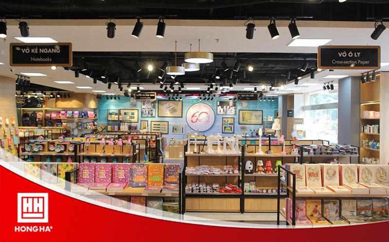 Showroom của Hồng Hà bày bán đa dạng vở kẻ ngang và vở ô ly