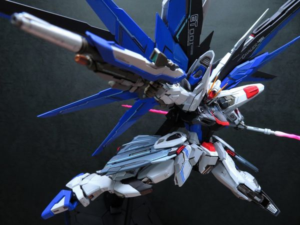 mo-hinh-gundam-metal-build-freedom-gundam-prism-coating-ver-hang-trung-bay