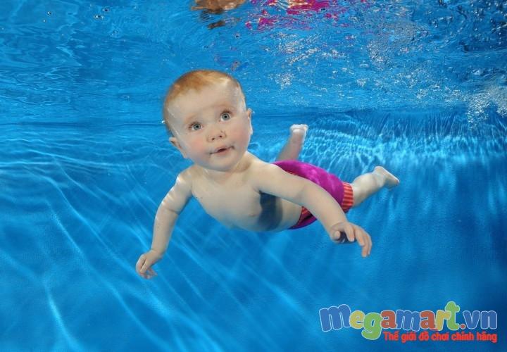 Ở nước ngoài trẻ được họcbơi từ khi còn rất nhỏ, thậm chí là sơ sinh