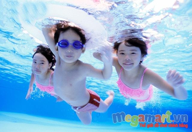 Bơi lội giúp cho trẻ phát triển chiều cao và thể chất rất tốt