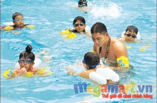 Học bơi từ nhỏ còn giúp phát triển kĩ năng vận động của trẻ một cách toàn diện