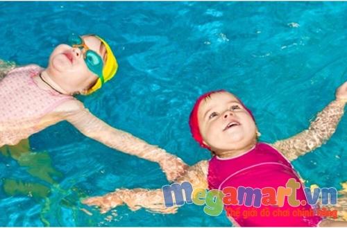 Biết bơi giúp trẻ phản xạ nhanh trong môi trường nước và tránh được tai nạn