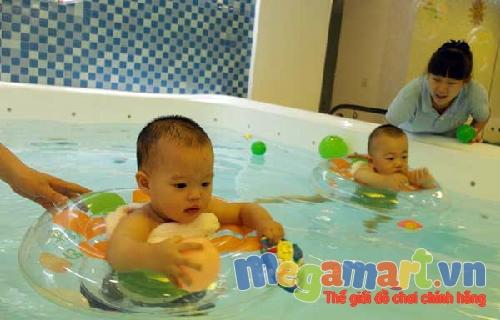 Hiện nay nhiều trẻ nhỏ được bố mẹ cho tập bơi ở nhà từ khi còn nhỏ để khỏe mạnh hơn